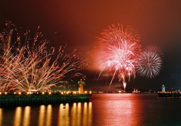 海と県境を越えた2県の市民が共同開催する「関門海峡花火大会」 美しい花火の共演