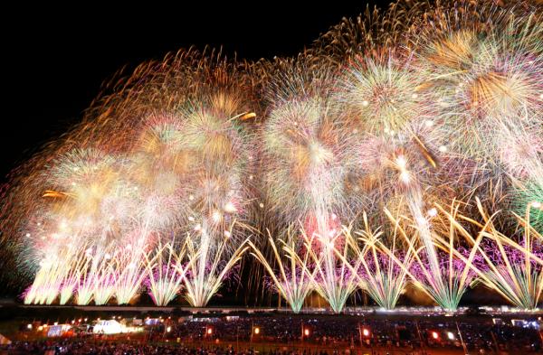 今年はフェニックス15年!!音楽とシンクロした花火が夜空を彩る