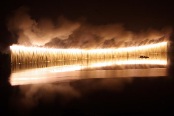 湖面に映る幻想的なナイアガラに目を奪われる
