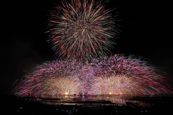 大迫力の轟音が体の芯まで響く諏訪湖の花火大会。