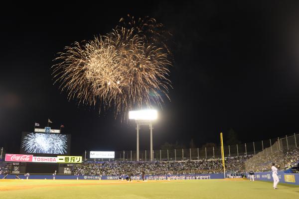 神宮球場の夜空を彩る打上げ花火。