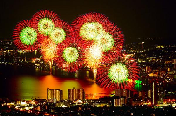 琵琶湖の夜空を彩る花火