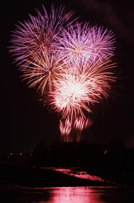 大谷川の川面に映る花火