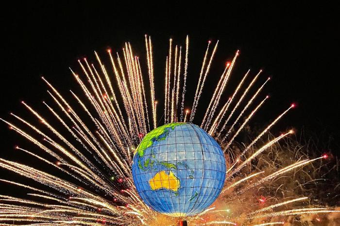 毎年のテーマによってつくられる大燈籠