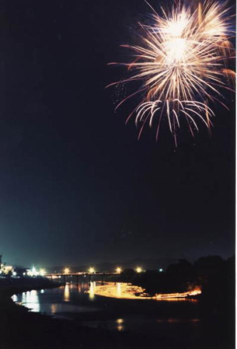 橋の上で見る大きな花火!