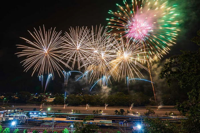 千頭駅構内から花火を見る「贅沢時間」。音楽花火ショーのテーマは「星空のものがたり」