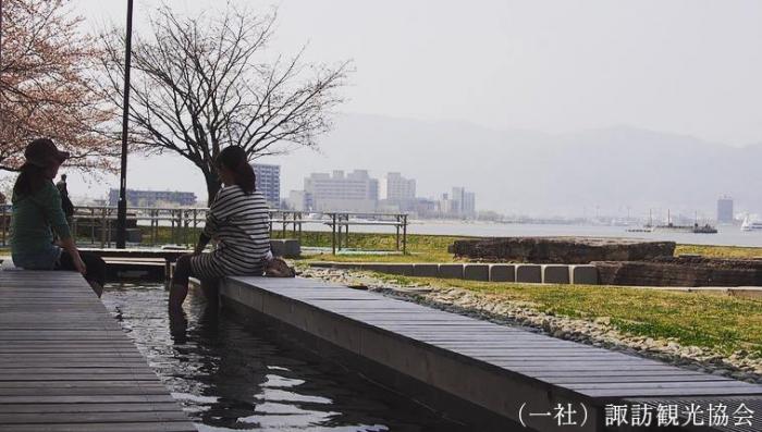 諏訪湖を観ながら足湯